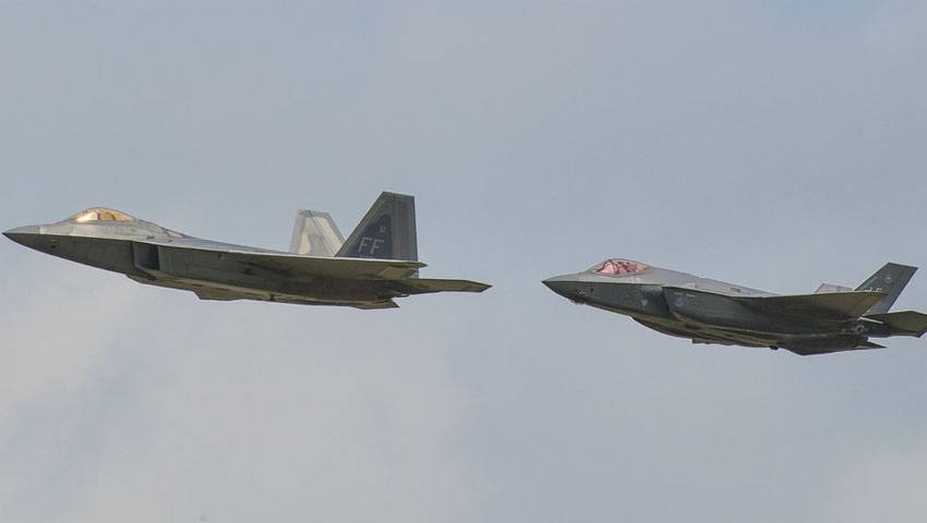 F-22_and_F-35_in_formation.jpg