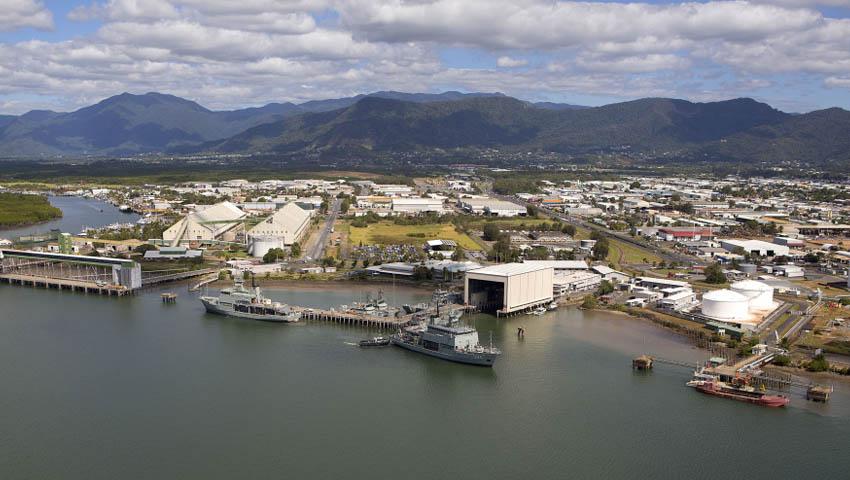 HMAS_Cairns.jpg