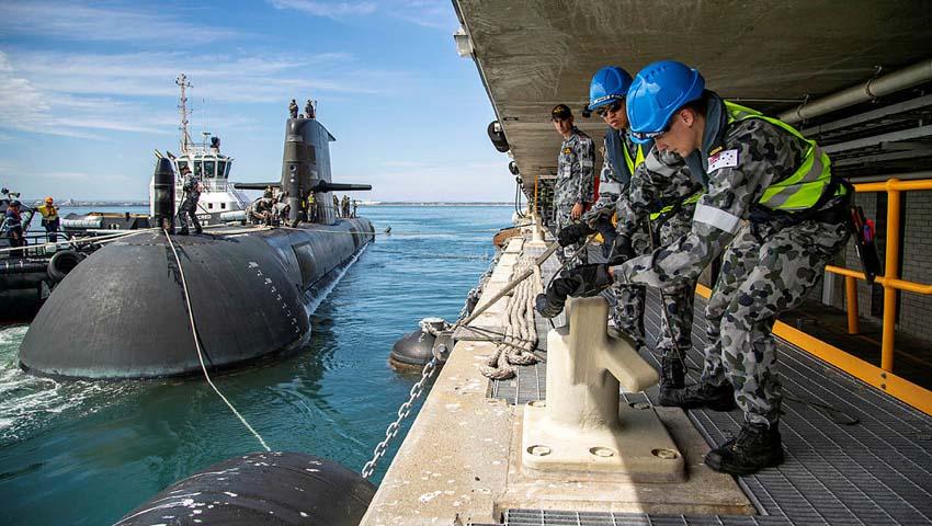 HMAS_Farncomb1.jpg